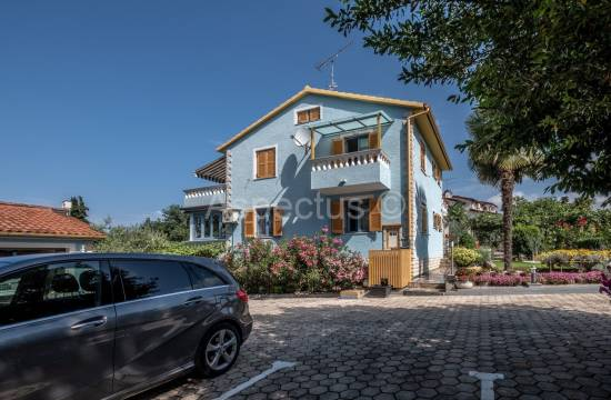 Detached house with four apartments, garage, Poreč