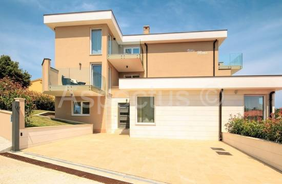Hiša z bazenom, pogled na morje, Long zaliv