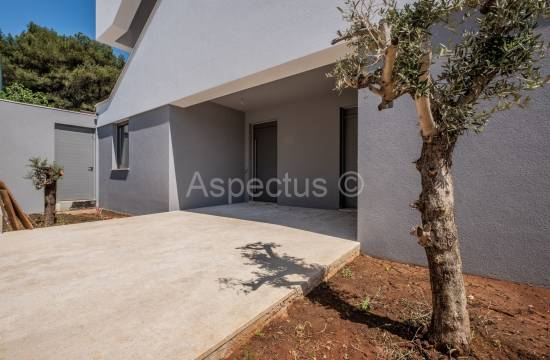 Apartment in a small newly built building with a shared pool, Pula