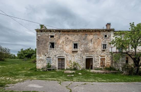 Stone house with large garden in Istria