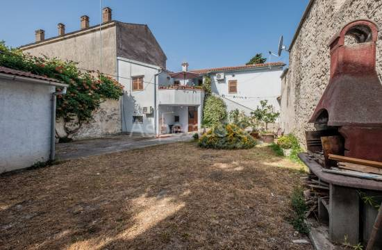 Kuća, trosoban stan, dva poslovna prostora, garaža, dvorište, Pula