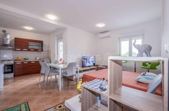 Appartamento, nuovo edificio, una camera da letto, 1° piano, arredato, Peroj
