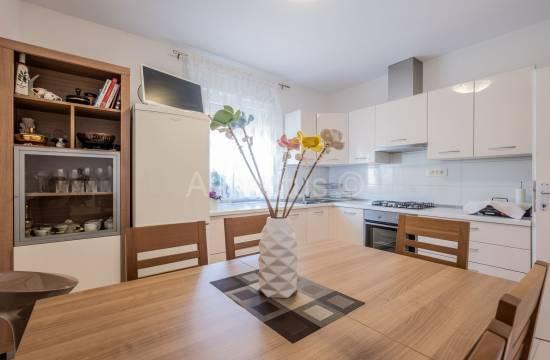 Appartamento in casa, due camere da letto, primo piano, cortile, garage, Pola