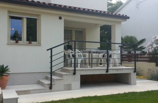 Two storey apartment in a house, yard 130m2, Medulin