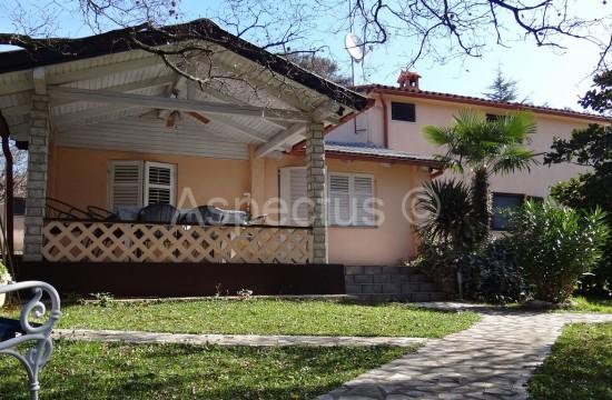 Istrien-Barbariga, freistehendes Haus 180m2 mit drei Wohnungen