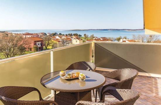 Apartment with terrace and communal pool, only 150 m from the beach!