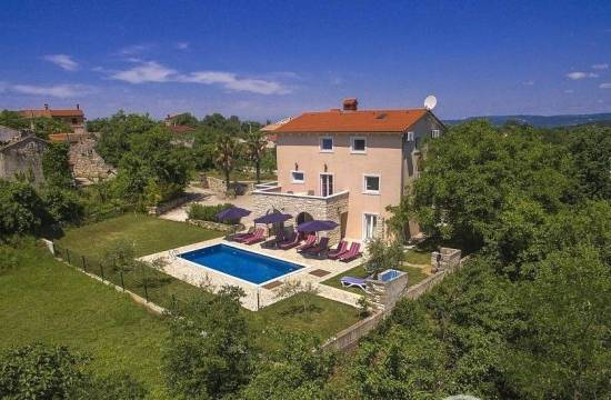 Spacious and fully furnished house with garden and swimming pool
